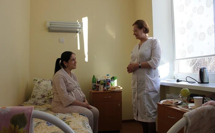 Заведующая акушерским отделением Любовь Уйменкова и будущая мама Фарида Зурабова. Накануне родов им есть о чем поговорить.