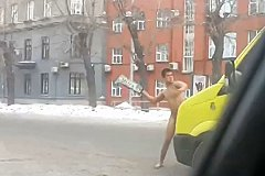 В Новосибирске на реанимобиль напал обнаженный мужчина. ВИДЕО