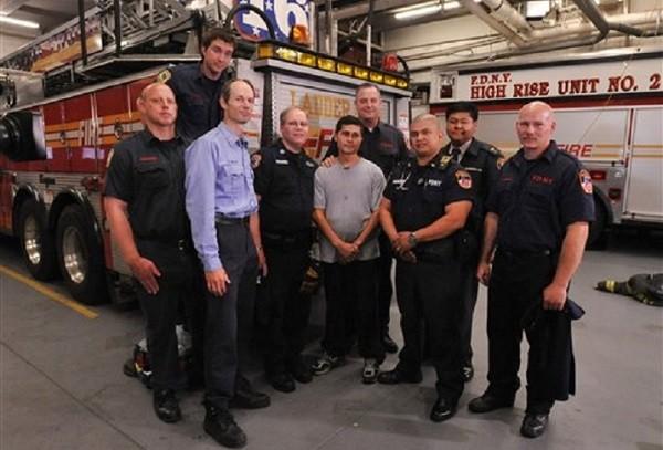 Алсидес (в центре) на встрече со спасшими его пожарными.