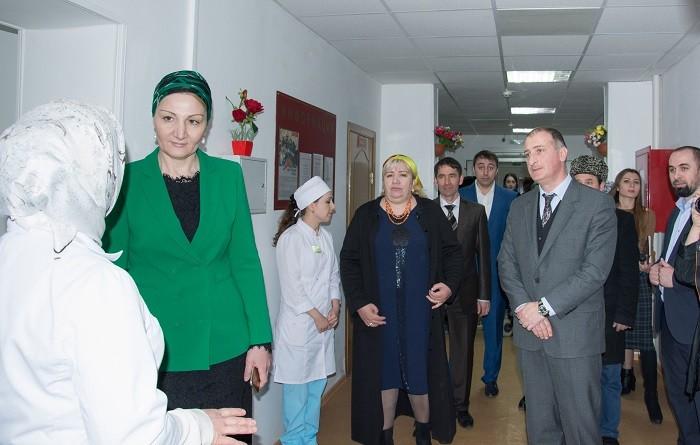 Почётные гости совершают обход отделения (слева направо) Марем Арапханова, Лейла Амирханова, Зураб Маршан
