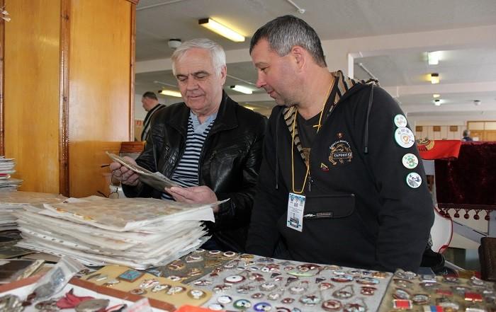 Коллекционеры Сергей Фролко (на фото - слева) и Виталий Олейник обсуждают экспонаты