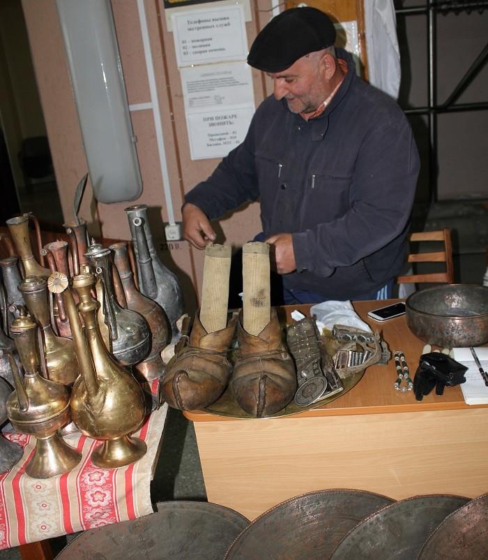 Магомед Абдусалимов показывает обувь, которой «100 лет в обед» в самом буквальном смысле слова