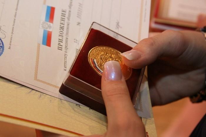 ВАдыгее дочь чиновницы добровольно сдала ученическую медаль после скандала