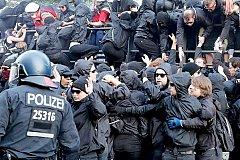 Около 80 полицейских пострадали от рук противников саммита G20