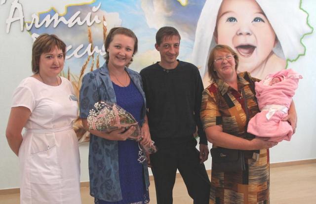Родные новорожденной Лилии и персонал перинатального центра «ДАР». Фото: regnum.ru