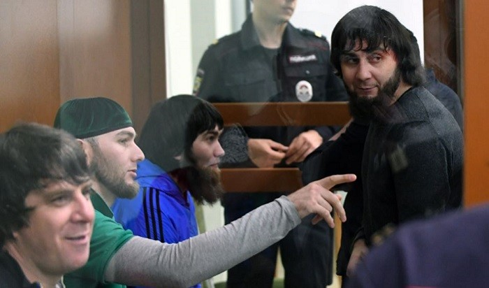 Заур Дадаев (справа) вместе с другими подсудимыми по делу об убийстве Бориса Немцова. Архивное фото:  AFP.