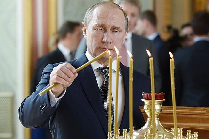 Президент поставил свечу у Валаамской иконы Божией Матери. Фото: Алексей Никольский/ТАСС