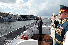 В Санкт-Петербурге президент России принимает парад в честь Дня ВМФ