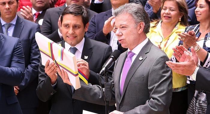 Президент Колумбии Хуан Мануэль Сантос в Боготе представляет текст мирного соглашения с повстанцами. Фото:  dw.com