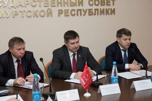 Заседание депутатской фракции КПРФ Госсовета Удмуртии. Посередине на фото - Джабраил Гаджикурбанов.  Фото: КПРФ Удмуртии