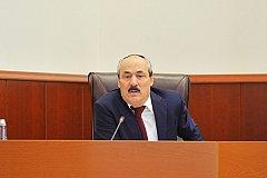 Глава Дагестана озабочен, что кто-то навязывает Путину «непопулярные решения»