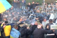 Лагерь протестующих у Верховной рады Украины штурмует спецназ