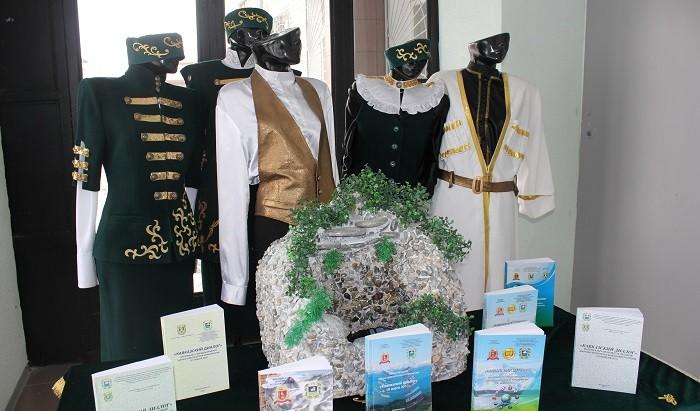 Экспозиция выставки национальных костюмов