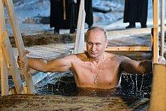 Путин и еще почти два млн россиян нырнули в крещенские купели