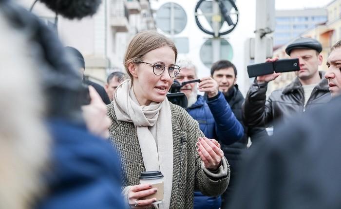 Ксения Собчак на улице в Грозном. Фото:  sobchakprotivvseh.ru
