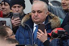 Вице-губернатора митингующие в Кемерово опустили на колени