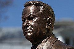Бюст Бориса Ельцина установили в Москве