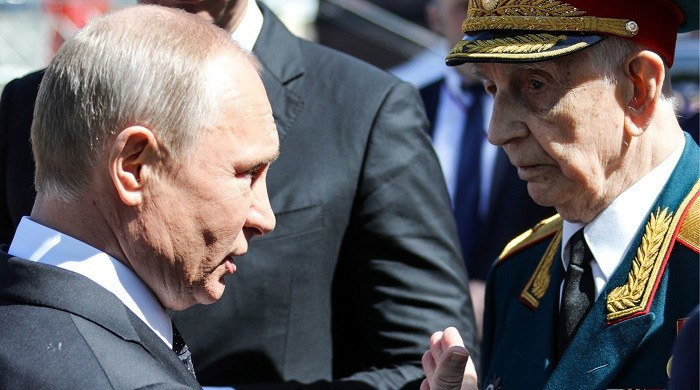 Путин разговаривает с ветераном Дмитрием Сыркашевым. Фото: ТАСС