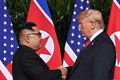 Президент США и лидер КНДР впервые пожали друг другу руки