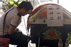 Китайцев заставляют сдавать гробы и кремировать тела