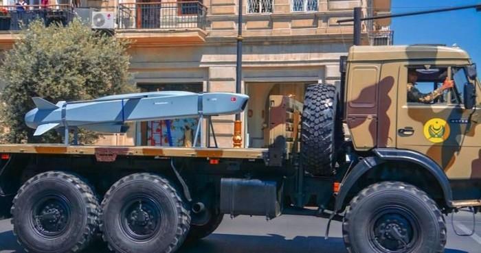 Ракета «SOM-B1», закупленная ВС Азербайджана, на демонстрационной транспортной подставке, размещённой на КАМАЗе. Эта модификация ракеты предусматривает воздушный пуск с точки подвески тактического истребителя. Очевидно, что израильские или турецкие специалисты оказали азербайджанской армии техническую поддержку в аппаратной адаптации «Сомов» для применения с подвесок 4 МиГ-25РБ или МиГ-29УБ, имеющихся на вооружении ВВС Азербайджана