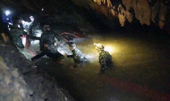 Шестеро детей спасены из затопленной пещеры в Таиланде фото 2