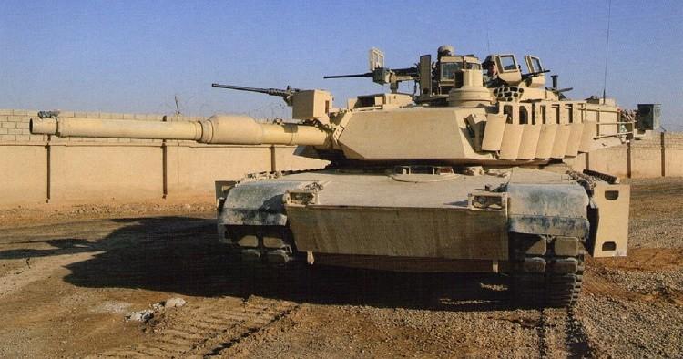 Основной боевой танк M1A2 с комплектом TUSK, на бортах корпуса и башни видны элементы динамической защиты «ARAT-2»