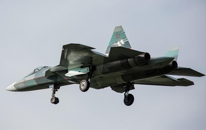 На фото лётный прототип малозаметного истребителя 5-го поколения Су-57 (Т-50-2, бортовой номер «052»). Машина используется в качестве воздушной лаборатории для испытаний двигателя «2-го этапа» с индексом «Изделие 30»