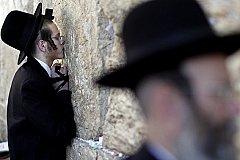 Крупный камень весом 100 кг выпал из Стены Плача в Иерусалиме. ВИДЕО