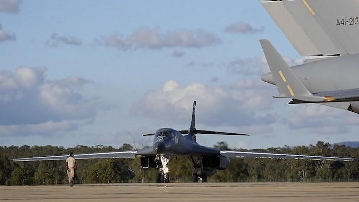 Стратегический бомбардировщик-ракетоносец B-1B «Lancer» готовится к взлёту с авиабазы Амберли (Королевских ВВС Австралии).
