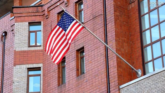 Американский флаг на здании генконсульства США во Владивостоке