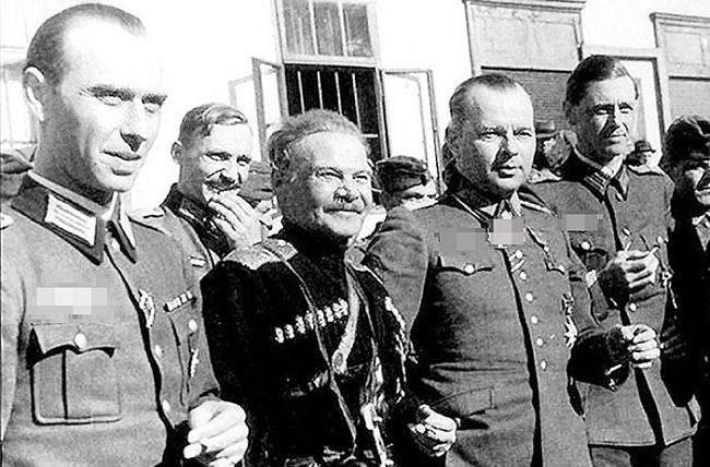 Казачий атаман, группенфюрер СС Шкуро в окружении друзей-нацистов