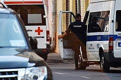 Напавший на московских полицейских скончался