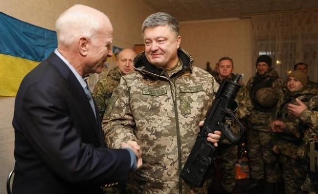 Джон Маккейн и Петр Порошенко. Архивное фото:  nv.ua