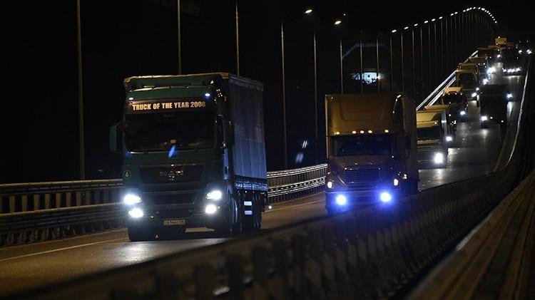 Начало движение грузовиков по Крымскому мосту. Фото:  iz.ru