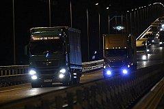 По Крымскому мосту поехали грузовые автомобили