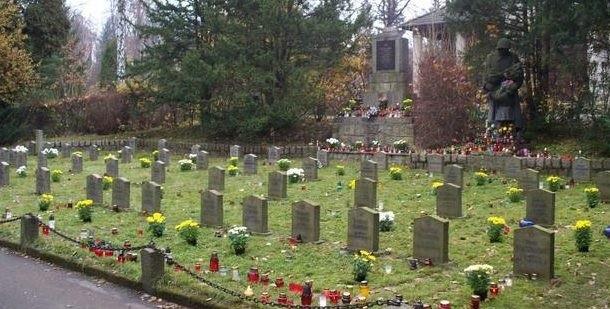 Еленя-Гура. Воинское кладбище по улице Судецка, где похоронено 64 советских. Фото: wwii.space