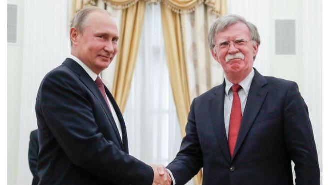 Президент России Владимира Путина с советником президента США по национальной безопасности Джоном Болтоном. Фото: bbc.com