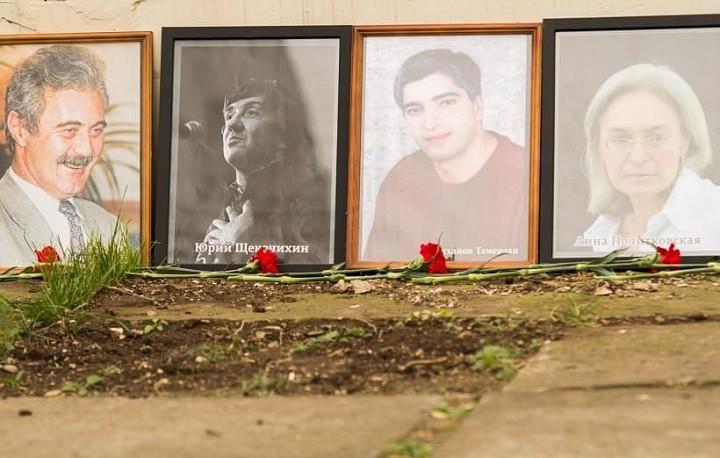 Часть портретов погибших журналистов, в честь которых в Махачкале открыли аллею памяти