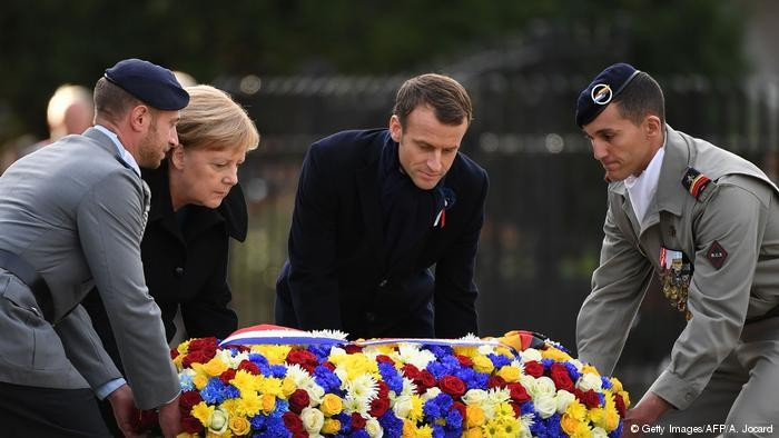 Макрон и Меркель возлагают венок к мемориалу в Компьенском лесу. Фото: DW