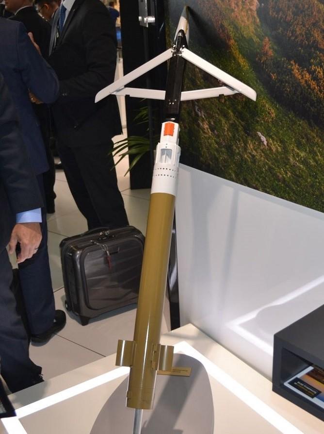 Макет-демонстратор ракеты GLSDB: стартовая ступень-снаряд M26 (горчичного цвета); боевая ступень - бомба GBU-39B SDB с раскрытым крылом. Длина бомбы составляет лишь 1380 мм, диаметр корпуса - лишь 190 мм, её корпус изготовлен из композиционных и радиопоглощающих материалов, благодаря чему радиолокационная сигнатура едва приближается к 0,02 кв.м