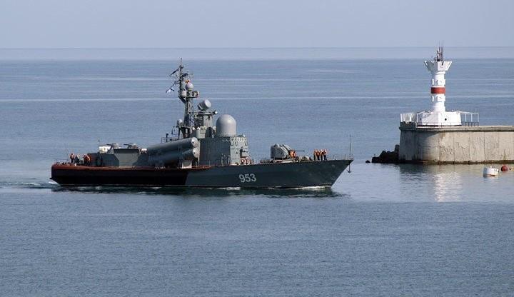 Ракетный катер «Набережные челны» (бортовой номер «953») на пути к сектору патрулирования в Киркинитском заливе