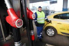 Бензин в России подешевел на 4 копейки