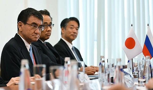 Глава МИД Японии Таро Коно  (на первом плане). Фото: news.rambler.ru