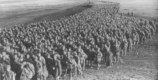 Советские военнопленные под Харьковом, май 1942 г.