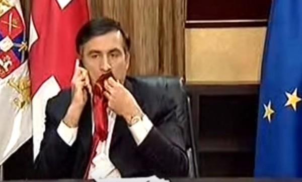 Бывший президент Грузии Михаил Саакашвили, жующий свой галстук. Фото: youtube.com